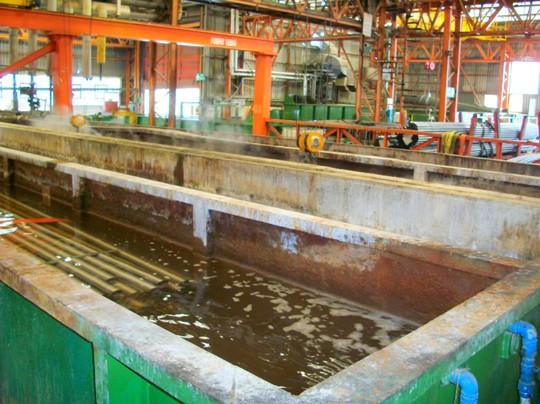 Vasche di trattamento per il decapaggio chimico delle tubazioni in acciaio, uno dei processi preliminari per la produzioni di tubazioni per telai ciclistici.