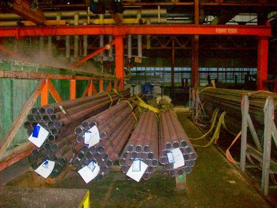 Fasci di tubi pronti per essere sottoposti a decapaggio chimico e in seguito a trafilatura meccanica per conformarli secondo le dimensioni desiderate.