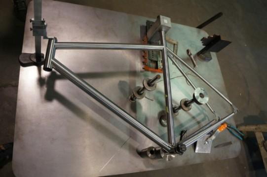 Un telaio in acciaio saldato e messo in dima per la verifica delle dimensioni (fonte bikerumor.com)